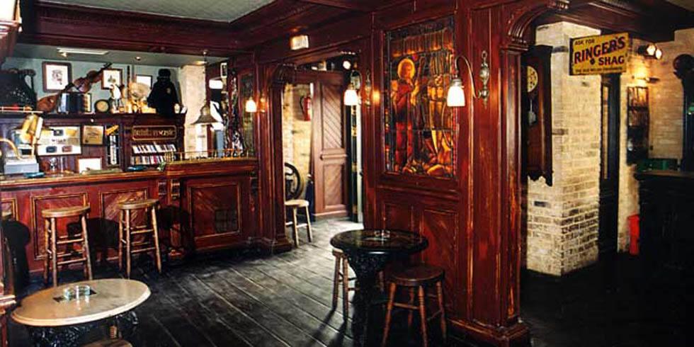 以家庭装修风格为主辅以其他元素装饰的酒吧设计
