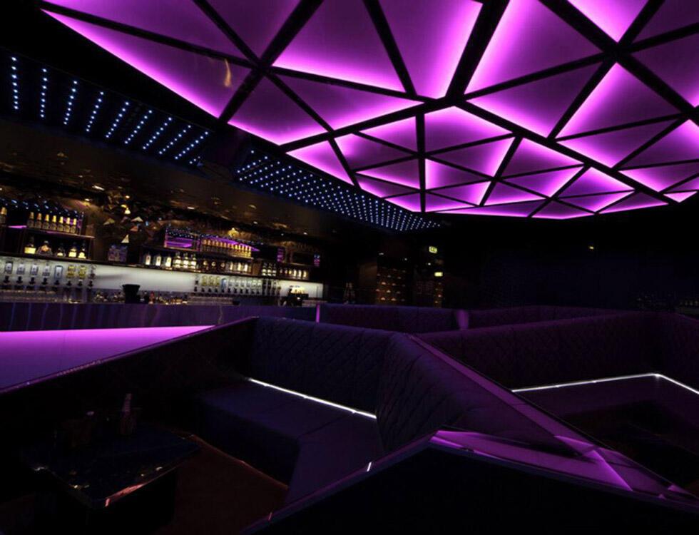 酒吧设计以其恢弘大气的室内建筑面积和俱乐部式样的娱乐夜场空间得到
