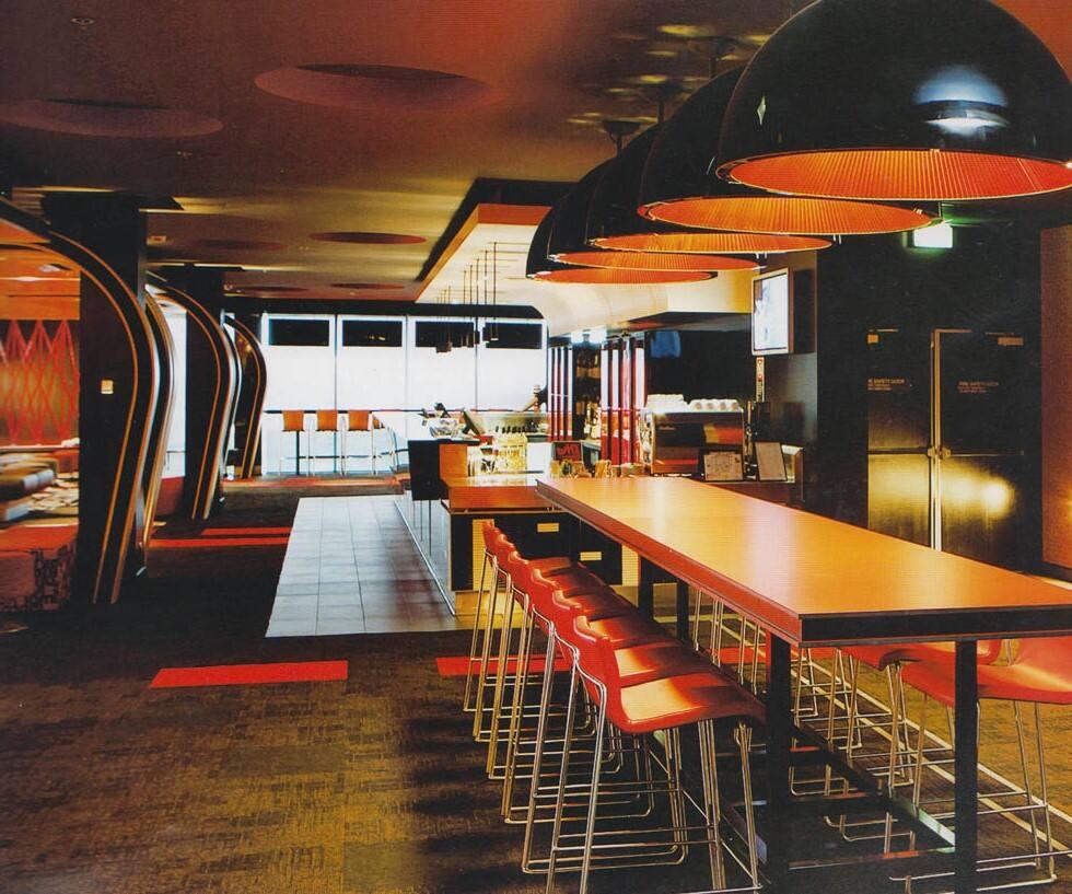 set bar是建在商场空间中的一座休闲酒吧,设计师需要为酒吧设计一种
