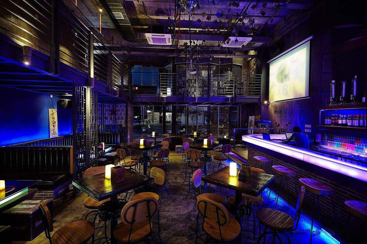 休闲酒吧装修设计中的软装饰应该如何搭配?